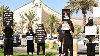كويتيات يرفعن لافتات خلال تجمع للتنديد بالعنف ضد المرأة، خارج مجلس الأمة، في العاصمة الكويت، في 22 أبريل 2021، بعد مقتل فرح حمزة