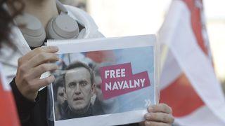 عکس الکسی ناوالنی در دستان یکی از حامیان او