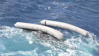 Il gommone ribaltatosi nel Mediterraneo
