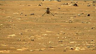 """المروحية """"إنجينيويتي"""" تحلق فوق سطح كوكب المريخ خلال رحلتها الثانية يوم الخميس 22 أبريل - نيسان 2021."""