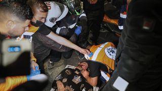 متظاهر فلسطيني مصاب يتلقى العلاج بعد إصابته خلال مواجهات مع الشرطة الإسرائيلية عند باب العامود خارج البلدة القديمة بالقدس.