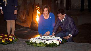 سارا دوترته شهردار شهر داوائو در کنار پدرش رودریگو دوترته، رئیس جمهوری فیلیپین