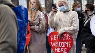 La gente asiste a una manifestación contra el endurecimiento de la política migratoria de Dinamarca y las órdenes de deportación en Copenhague, Dinamarca, el 21 de abril.