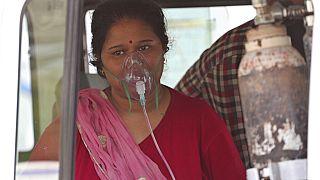 Covid-19-Patientin mit Sauerstoffmaske in Indien