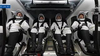 رائد فضاء وكالة الفضاء الأوروبية الفرنسي توماس بيسكيت، رائدا فضاء ناسا ميجان ماك آرثر وشين كيمبرو، ورائد فضاء وكالة استكشاف الفضاء اليابانية أكيهيكو هوشيد.