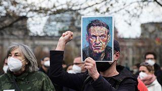 Des manifestants protestant contre la détention d'Alexeï Navalny en Russie, dans la capitale allemande, Berlin, le 21 avril 2021