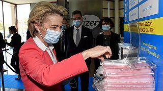 Η πρόεδρος της Ευρωπαϊκής Επιτρπής σε επίσκεψη στη Pfizer