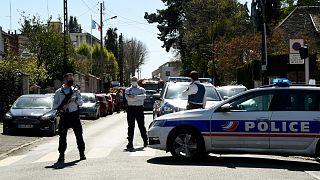 عناصر الشرطة أمام المخفر حيث وقع الهجوم