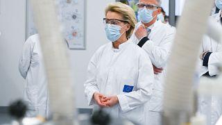 La présidente de la Commission européenne dans une usine Pfizer