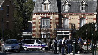 Des policiers s'affairent près du commissariat de Rambouillet, en Île-de-France, le 23 avril 2021