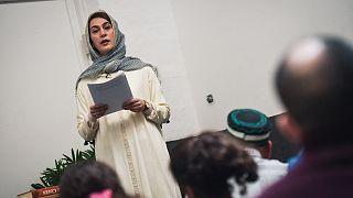 Fransız kadın imam Kahina Bahloul, Paris'in 11. bölgesinde kiralık bir mekanda kadın ve erkeklerin birlikte bulunduğu bir ortamda Cuma namazı kıldırırken (21 Şubat 2020)