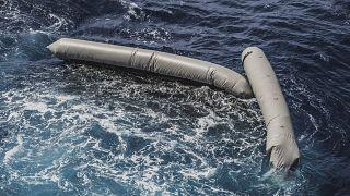 بقايا قوارب مطاطية قبالة السواحل الليبية، وتخوف من غرق مهاجرين كانوا على متنها