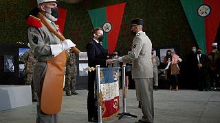Cumhurbaşkanı Emmanuel Macron bir lejyonere vatandaşlık belgesini verirken