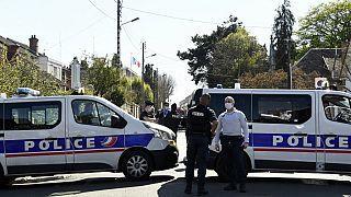 Fransa'da boğazına bıçak darbesi alan kadın polis hayatını kaybetti