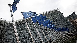 أعلام الاتحاد الأوروبي خارج مقر المفوضية الأوروبية في بروكسل