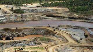 يتدفق نهر النيل الأزرق بالقرب من موقع سد النهضة الإثيوبي الكبير
