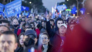 Des soutiens du parti démocratique lors d'un meeting, en Albanie, le 23 avril 2021, à Tirana