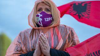 Una simpatizante del Partido Socialista de Albania escucha el discurso del líder Edi Rama durante un mitin político en Tirana, Albania, el 22 de abril de 2021.