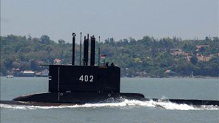 الغواصة الإندونيسية من فئة 402 المفقودة وهي تنطلق من القاعدة البحرية في سورابايا.