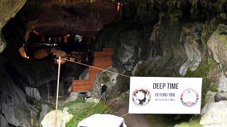 تجربة ديب تايم في كهف لامبريف في جبال البيرينيه حيث يشارك 15 متطوعًا في قضاء 40 يومًا في عزلة عن العالم الخارجي