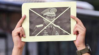 Un militant porte le portrait barré du général birman Min Aung Hlaing, Jakarta, Indonésie, le 24 avril 2021