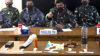 Conférence de presse de la marine indonésienne, qui présente des débris du sous-marin disparu mercredi, Bali, le 24 avril 2021, Indonésie