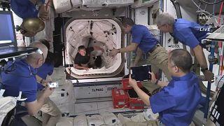Des astronautes entrent dans la station spatiale internationale, le 24 avril 2021
