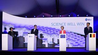 مسؤول مخبر بايونتيك أوزلم توريسي والرئيس التنفيذي ل شركة فايزر ألبير بورلا ورئيسة المفوضية الأوروبية أورسولا فون دير لاين ، ورئيس الوزراء البلجيكي ألكسندر دي كرو.