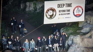 Fransız gönüllüler kendilerini mağaraya kapattı