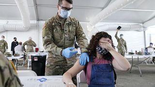 عملية التطعيم بلقاح فايزر المضاد لكوفيد-19 في مركز للتطعيم في ميامي- الولايات المتحدة.