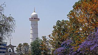 البرج الأبيض الجديد المكون بني بجوار أنقاض برج دارارا التاريخي في كاتماندو والذي يعود إلى القرن التاسع عشر والذي انهار في زلزال مدمر عام 2015/ النيبال