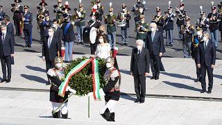 الاحتفال بيوم التحرر في إيطاليا في قبر الجندي المجهول في نصب مذبح الوطن في روما .