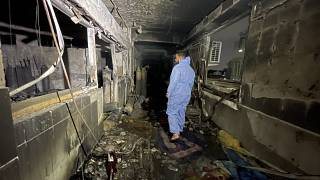 A pusztítás nyomait vizsgálja egy férfi a bagdadi kórháztüzet követően április 25-én