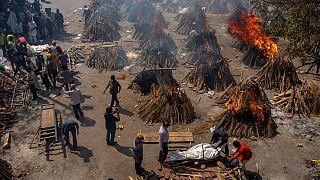 سوزاندن اجساد قربانیان بیماری کووید-۱۹ در هند