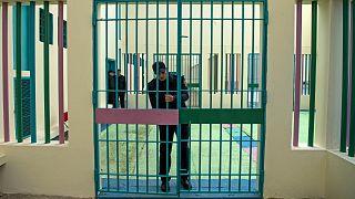 شرطي يغلق أحد الأبواب الداخلية لسجن عكاشة في الدار البيضاء