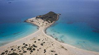 شاطئ جزيرة إيلافينيسوس اليونانية الصغيرة في اليونان