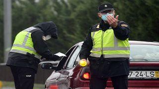 عنصران من الشرطة الإٍسبانية