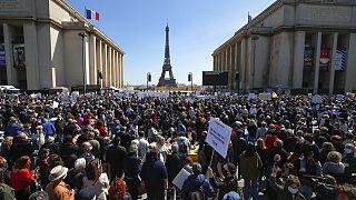 Ezrek gyűltek össze a párizsi Trocadéro téren a döntés ellen tiltakozni