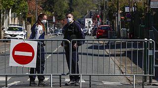 Γαλλική αστυνομία στη σκηνή του εγκλήματος στο προάστιο Ραμπουγιέ, νότια του Παρισιού