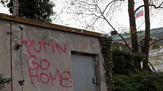 """""""Putyin, takarodj haza!"""" – üzenték a prágai orosz nagykövetség melletti falon 2021. április 22-én"""