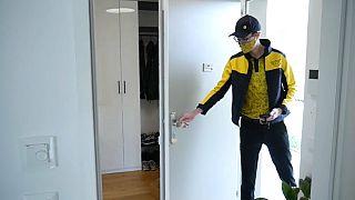 Αυστρία: Ο διανομέας μπαίνει στο σπίτι ενώ λείπει ο παραλήπτης