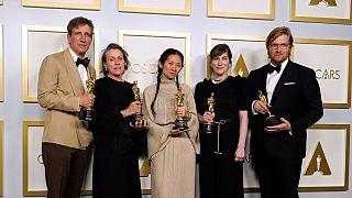"Peter Spears, Frances McDormand, Chloe Zhao, Mollye Asher et Dan Janvey, grands gagnants des Oscars avec ""Nomadland"", à Los Angeles, le 25 avril 2021"