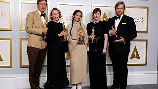 Los productores Peter Spears, de izquierda a derecha, Frances McDormand, Chloe Zhao, Mollye Asher y Dan Janvey, ganadores del premio a la mejor película por Nomadland.