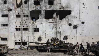 مقاتلون تابعون للحكومة الليبية ودبابة في سرت الليبية