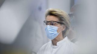 رئيسة المفوضية الأوروبية أورسولا فون دير لايين خلال زيارة قامت بها إلى إحدى المراكز الطبية البلجيكية