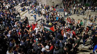 مقدسيون يرفعون العلم الفلسطيني في القدس المحتلة