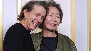 المخرجة كلويه جاو والممثلة فرانسس ماكدورماند في حفل استلام جوائز الأوسكار في مدينة لوس أنجليس