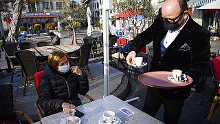 Café auf der Terrasse in der Schweiz - Symbolbild