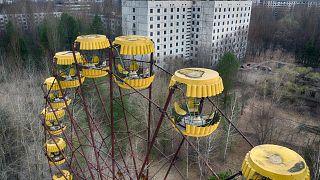 Un carrusel abandonado en el parque se ve la ciudad fantasma de Pripyat cerca de la planta nuclear de Chernobyl, Ucrania, el jueves 15 de abril de 2021.