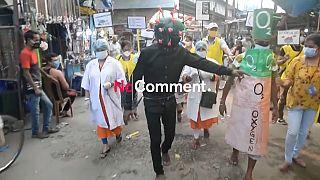 کنشگران هندی بههردری میزنند تا مردم ماسک بزنند